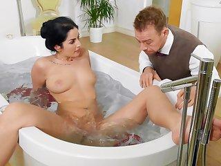 Zoological wife shares the sponge bath for a romantic shag