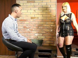 Obtuse thighed matured girl Anna Valentina was built for sex