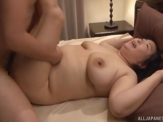 Fucking on the bed with chubby Japanese housewife Yuuko Ishibashi