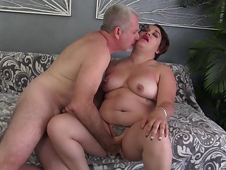 Fat woman drives a wide-ranging dick up her pussy and mouth